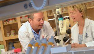 forskarna i vita rockar i laboratoriet