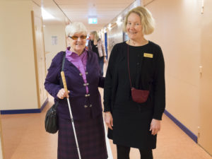 Kerstin Wedin och Lizette Östman i korridoren.