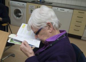 Att läsa utan förstoringsredskap är inte lätt. Kerstin Widn tittar i broschyren om säkerhet.